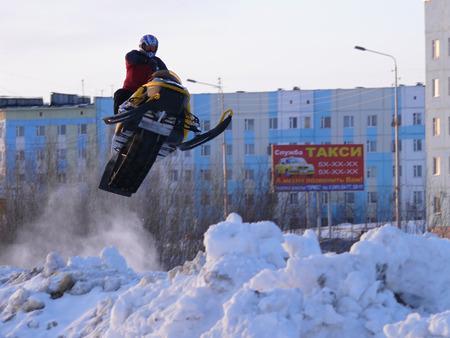 springplank: Nadim, Rusland - 6 april 2008: Snoukross. Vadim Vasuhin in sprong met springplank op sneeuwscooter tijdens sneeuw cross-country race.