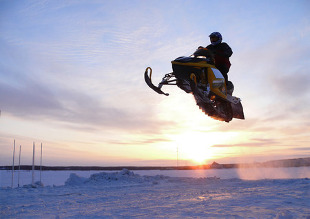 springboard: Nadim, Rusia - 6 de abril 2008: Snoukross. Vadim Vasuhin en salto con trampol�n en moto de nieve durante la nieve carrera a campo traviesa.