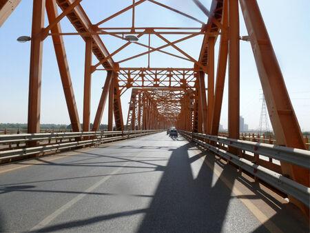 white nile: Khartoum, Sud�n - 22 de noviembre 2008: Puente sobre el r�o Nilo en Jartum, Sud�n - 22 de noviembre 2008 La confluencia del Nilo Azul y Blanco.. Los veh�culos que viajan en el puente.