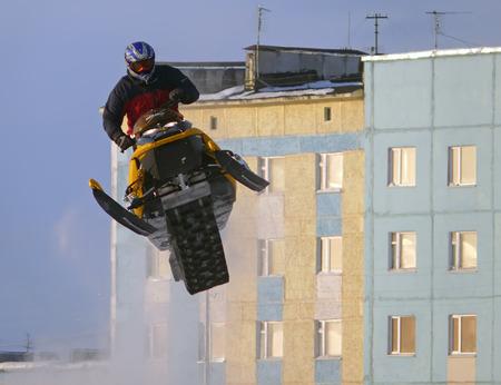 springplank: Nadim, Rusland - 21 februari 2009: Snoukross. Vadim Vasuhin in sprong met springplank op sneeuwscooter tijdens sneeuw cross-country race.