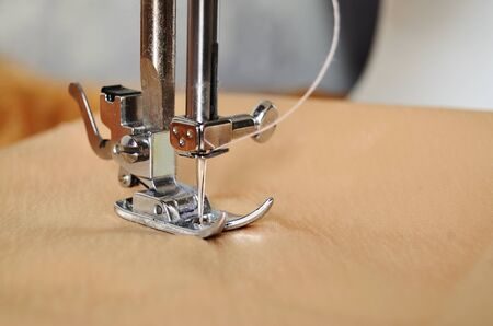 Nähmaschine Nahaufnahme der Nadel im Stoff Standard-Bild