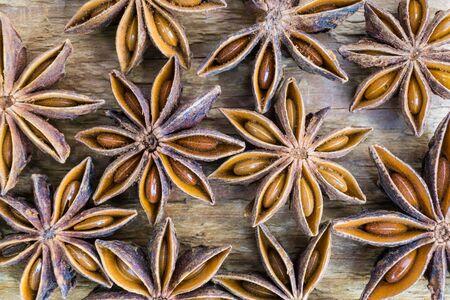 Anice stelle su sfondo marrone di legno. Colpo a macroistruzione