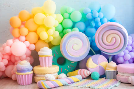 bright, colorful, rainbow photo zone. balloons, sweets, lollipops, caramel, macarons, cupcakes Stockfoto