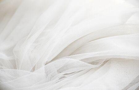 Hochzeit White Silk transparenter Stoff. Abstrakter weicher Chiffonbeschaffenheitshintergrund. Weicher weißer Chiffon mit Kurven- und Wellenmuster.