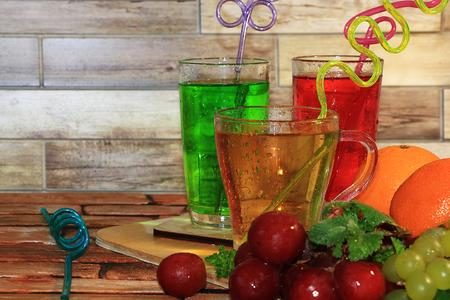 葡萄汁和苹果汁,木质背景上的水果。凉爽的饮料,不同品种的葡萄和减肥食品在夏天