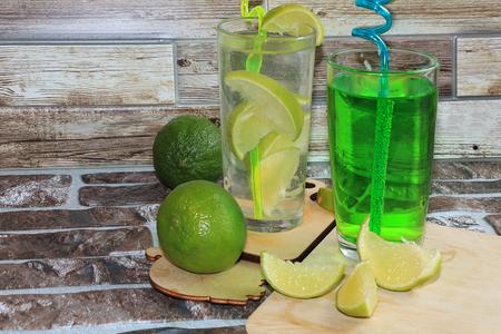 柠檬装在高脚杯里,水果和薄荷放在木桌上。天热时喝清凉饮料,夏天吃减肥食品