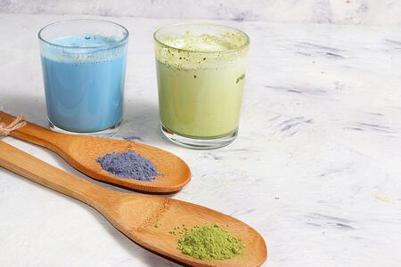An assortment of colorful latte Japanese tea, match blue and green. A fashionable healthy drink has anti-inflammatory properties, helps to reduce weight, helps detoxify the body, Foto de archivo - 140010557