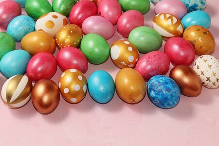 Decorated golden easter eggs on a pink background. Minimal holiday concept. Happy easter background. Creative painting of eggs at home, the idea of simple drawings for coloring, a place for text, a postcard, Foto de archivo - 139977192