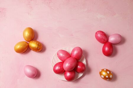 Decorated golden easter eggs on a pink background. Minimal holiday concept. Happy easter background. Creative painting of eggs at home, the idea of simple drawings for coloring, a place for text, a postcard, Foto de archivo - 139996065