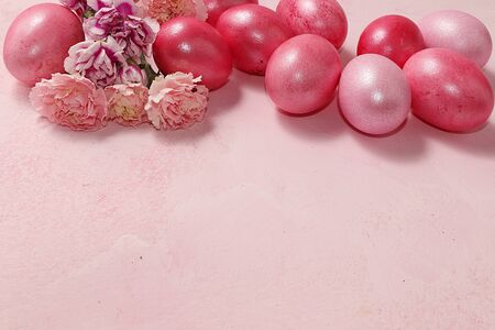 Decorated gilded easter eggs on a pink background. Minimal holiday concept. Happy easter background. Creative painting of eggs at home, the idea of simple drawings for coloring, a place for text, a postcard, Foto de archivo - 139996071