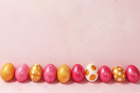 Decorated golden easter eggs on a pink background. Minimal holiday concept. Happy easter background. Creative painting of eggs at home, the idea of simple drawings for coloring, a place for text, a postcard, Foto de archivo - 139996070