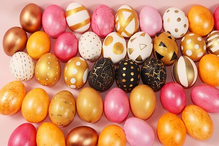 Decorated golden easter eggs on a pink background. Minimal holiday concept. Happy easter background. Creative painting of eggs at home, the idea of simple drawings for coloring, a place for text, a postcard, Foto de archivo - 141427179