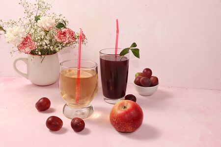 Fruit cider, juices or fruit drinks in glasses and ingredients on a sunny table. The concept of a detox diet and weight loss, healthy and natural nutrition, bar. Healthy breakfast, lifestyle. Foto de archivo - 141426944