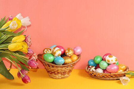 Decorated golden easter eggs on trendy pink background. Minimal holiday concept. Happy Easter background, place for text, postcard, Foto de archivo - 141916639