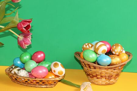 Decorated golden easter eggs on trendy green background. Minimal holiday concept. Happy Easter background, place for text, postcard, Foto de archivo - 141923617