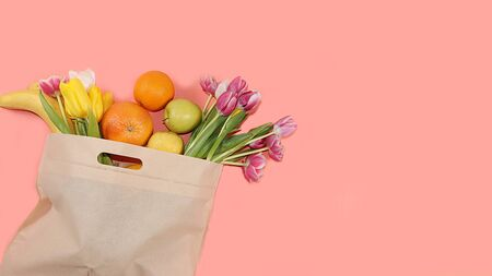 Healthy natural products in an eco bag on a bright background, the concept of a healthy lifestyle and weight loss, zero waste. fruits, apples in cloth packaging, diet food, body detox, flat lay. Banner for the screen and the store. No plastic. Foto de archivo - 142454820