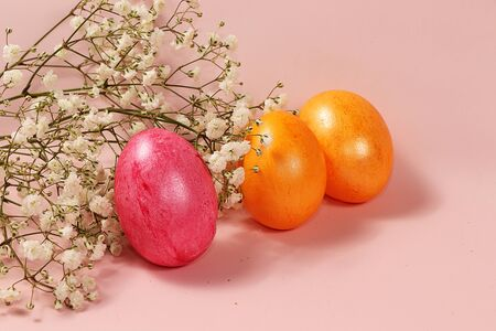 Decorated golden easter eggs on a pink background. Minimal holiday concept. Happy Easter background, place for text, postcard, banner Foto de archivo - 142454827