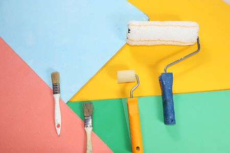Repair tools on a multi-colored painted background. Shop banner, geometry. Minimal renovation and construction concept. Top view, place for text. Trendy green, blue, Foto de archivo - 142102074