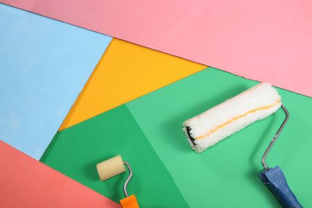 Repair tools on a multi-colored painted background. Shop banner, geometry. Minimal renovation and construction concept. Top view, place for text. Trendy green, blue, Foto de archivo - 142102464