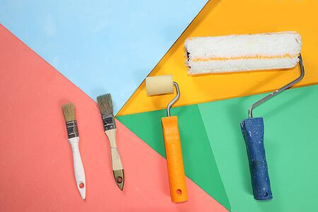 Repair tools on a multi-colored painted background. Shop banner, geometry. Minimal renovation and construction concept. Top view, place for text. Trendy green, blue, Foto de archivo - 142102187
