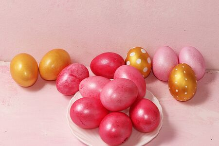 Decorated golden easter eggs on a pink background. Minimal holiday concept. Happy Easter background, place for text, postcard, banner Foto de archivo - 142102254