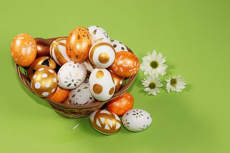 Decorated golden and blue eggs on a trendy green background. Minimal holiday concept. Happy Easter background, place for text, postcard, banner for the screen. Foto de archivo - 142326243