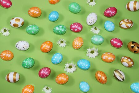 Decorated golden and blue eggs on a trendy green background. Minimal holiday concept. Happy Easter background, pattern, greeting card, banner for the screen. Foto de archivo - 142328495
