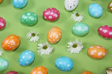Decorated golden and blue eggs on a trendy green background. Minimal holiday concept. Happy Easter background, pattern, greeting card, banner for the screen. Foto de archivo - 142328482