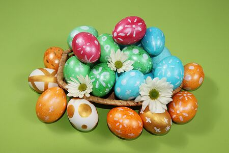 Decorated golden and blue eggs on a trendy green background. Minimal holiday concept. Happy Easter background, place for text, postcard, banner for the screen. Foto de archivo - 142328510