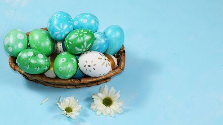 Decorated golden eggs on a trendy blue background. Minimal holiday concept. Happy Easter background, place for text, postcard, banner for the screen. Foto de archivo - 142416863
