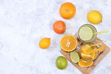 Citrus Cider, Saft, Getränk und Zutaten auf einem Betontisch. Das Konzept der Entgiftungsdiät und der Gewichtsabnahme, die die Immunität des Körpers gegen Viren und Erkältungen erhöht Standard-Bild