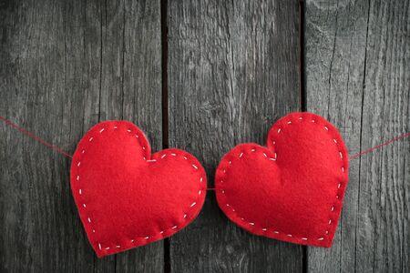 corazón hecho a mano de color rojo sobre fondo de madera con espacio de copia. Día de San Valentín. Mate y tonificado. Enfoque suave.