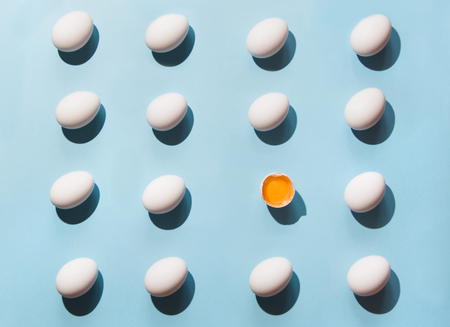 Organic white eggs on blue background. Abstract pattern. Eggs in isometric. Stockfoto