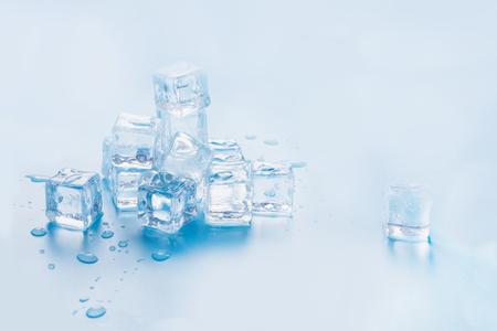 Cubitos de hielo aislados sobre fondo azul. Copie el espacio. De cerca.