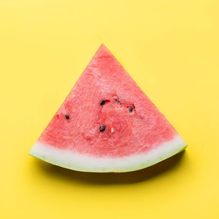 Wassermelone auf gelbem Hintergrund geschnitten. Flach liegen. Lebensmittelkonzept. Quadratisches Bild. Standard-Bild