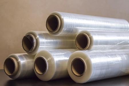 Verpackungsmaterial. Viele Stretchfolienrollen sind weiß-transparent. Polymerprodukt zum Einwickeln.