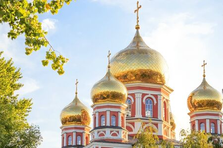 Church in the city of Saratov, Russia, Volga region. Attraction, culture, Religion, Christianity, Church of the Protection of the Holy Virgin. Domes of gold color in the summer sunshine Banco de Imagens