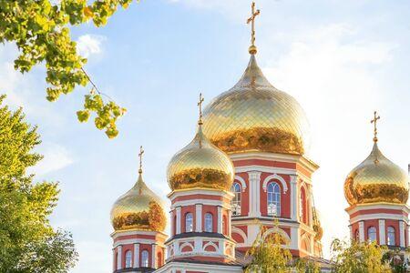 Kirche in der Stadt Saratow, Russland, Wolga-Region. Attraktion, Kultur, Religion, Christentum, Kirche zum Schutz der Heiligen Jungfrau. Goldfarbene Kuppeln in der Sommersonne Standard-Bild
