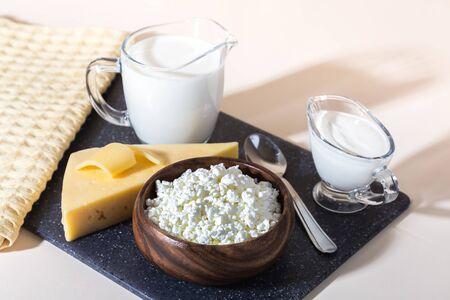 La comida es fuente de calcio, magnesio, proteínas, grasas, carbohidratos, dieta balanceada. Productos lácteos en la mesa: requesón, crema agria, leche, queso, contienen caseína, albúmina, globulina, lactosa libre