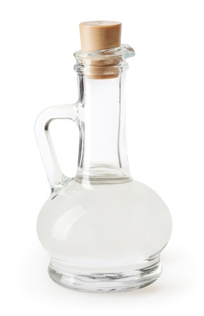 Weißer Essig in Glasflasche auf weißem Hintergrund Standard-Bild