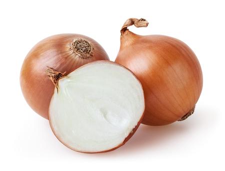 Bulbos de cebolla aislados sobre fondo blanco con trazado de recorte