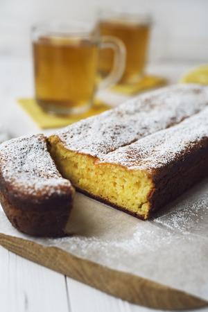 pie de limon: tarta de limón y té Foto de archivo
