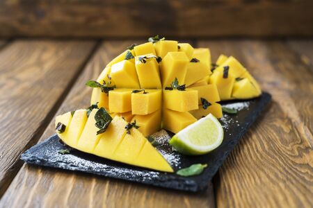 powdered: Mango with mint and powdered sugar