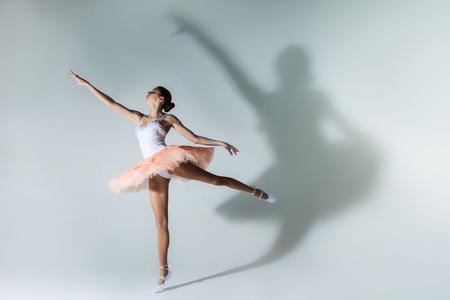 pies bailando: joven bailarina bailando
