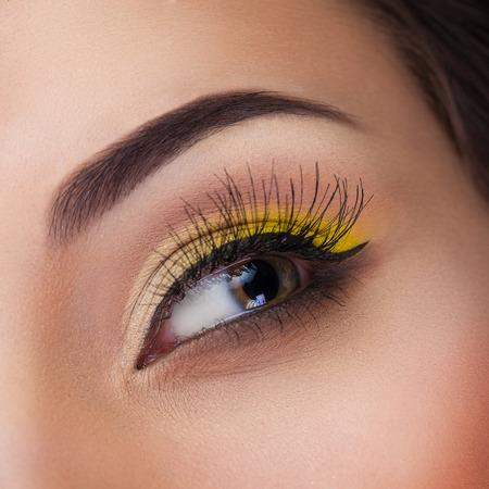 ojos hermosos: ojos bellamente pintadas macro, maquillaje hermoso