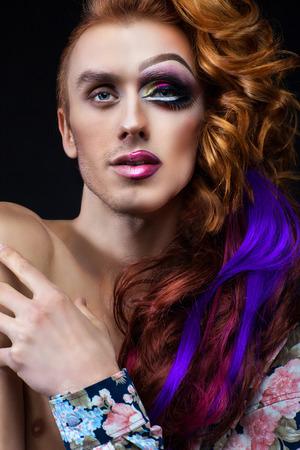 hombres gays: retrato de un hombre con media cara de maquillaje de una mujer