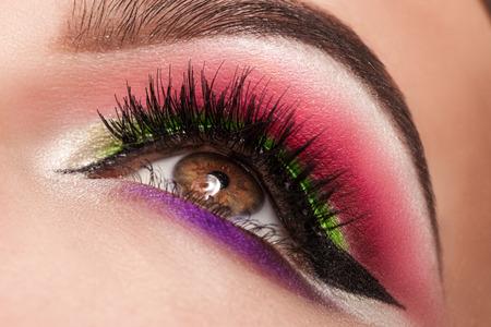 ojos hermosos: ojos mágicos ven hermosas con maquillaje brillante, macro
