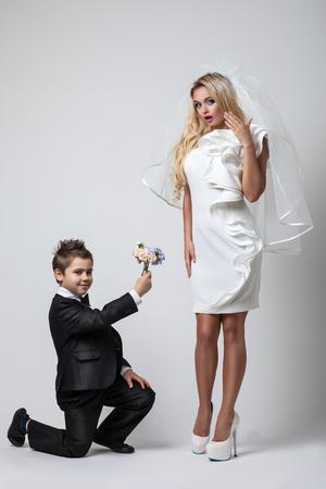 femme amoureuse: jeune mari�e avec une femme chic, l'amour pour tous les �ges Banque d'images