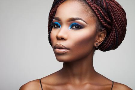 belle fille avec des racines africaines sur un fond blanc
