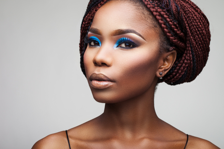 negro: hermosa chica con raíces africanas sobre un fondo blanco